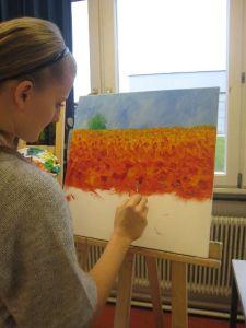 Schüler und Schülerinnen arbeiten nach Vorlagen des Künstlers